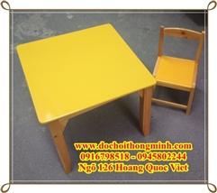 Bàn ghế gỗ nhiều màu sắc